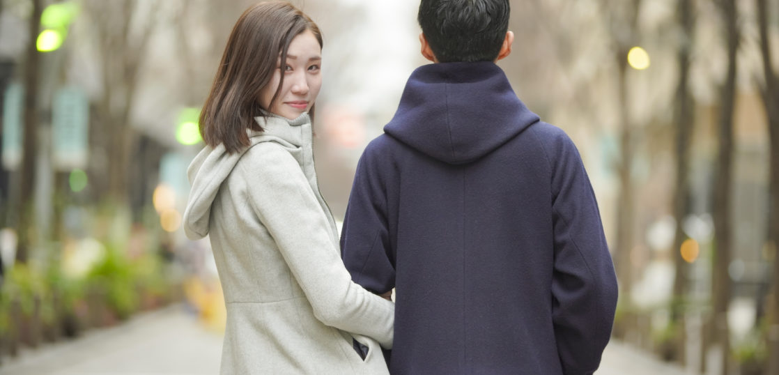 名古屋婚活スクールROOTS街を歩くカップル